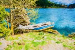 Fischerboot in einem blauen See unter einem bewölkten Himmel