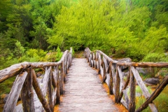 Holzbrücke über einem Fluss in den Bergen von Olymp bei Griechenland
